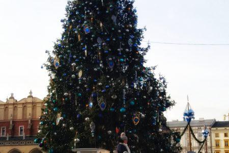 jarmark świąteczny i choinka na Rynku Głównym